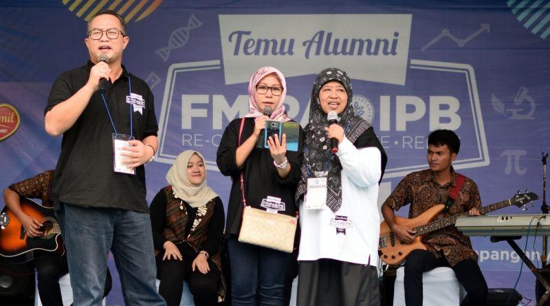 IPB Rector Dr. Arif Satria and his wife, along with FMIPA IPB Dean Dr. Sri Nurdiati together on stage at Temu Alumni FMIPA IPB 2017