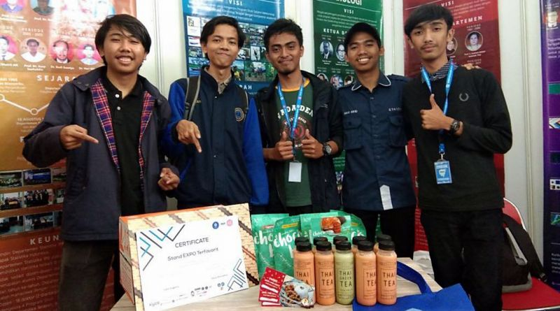 Promotion team pose in front of FMIPA expo stand after achieving Stand Expo Terfavorit Masuk Kampus IPB cerificate